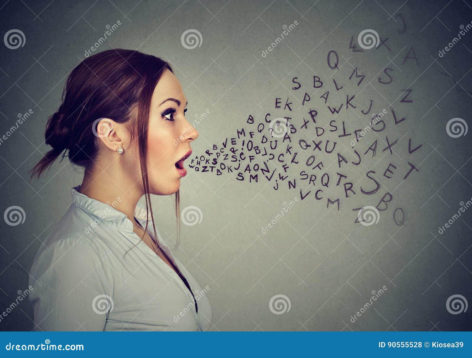 Ομιλούσες επιστολές αλφάβητου γυναικών που βγαίνουν από το στόμα