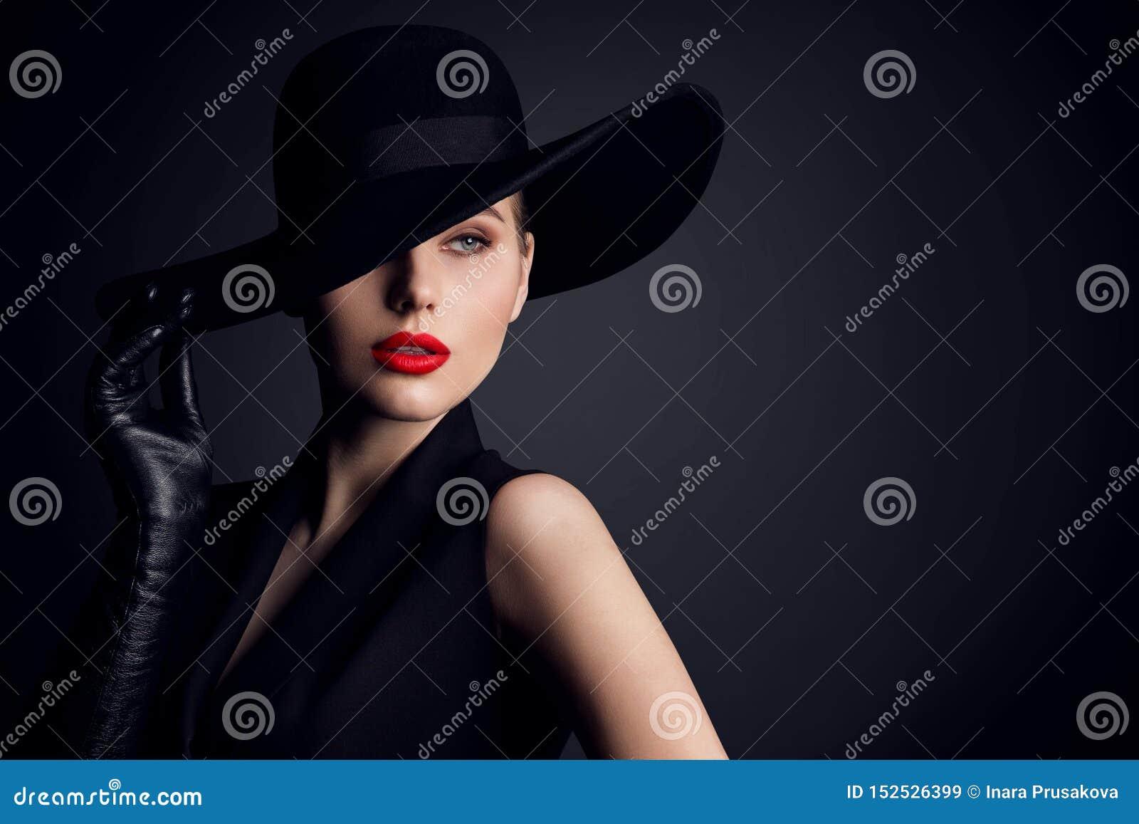 Ομορφιά γυναικών στο καπέλο, κομψό πορτρέτο ύφους μόδας πρότυπο αναδρομικό στο Μαύρο