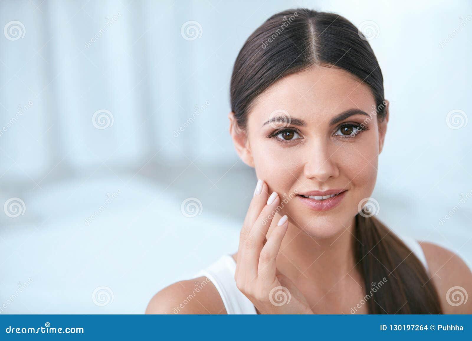 ομορφιά φυσική Γυναίκα με το όμορφο πρόσωπο, μαλακό υγιές δέρμα