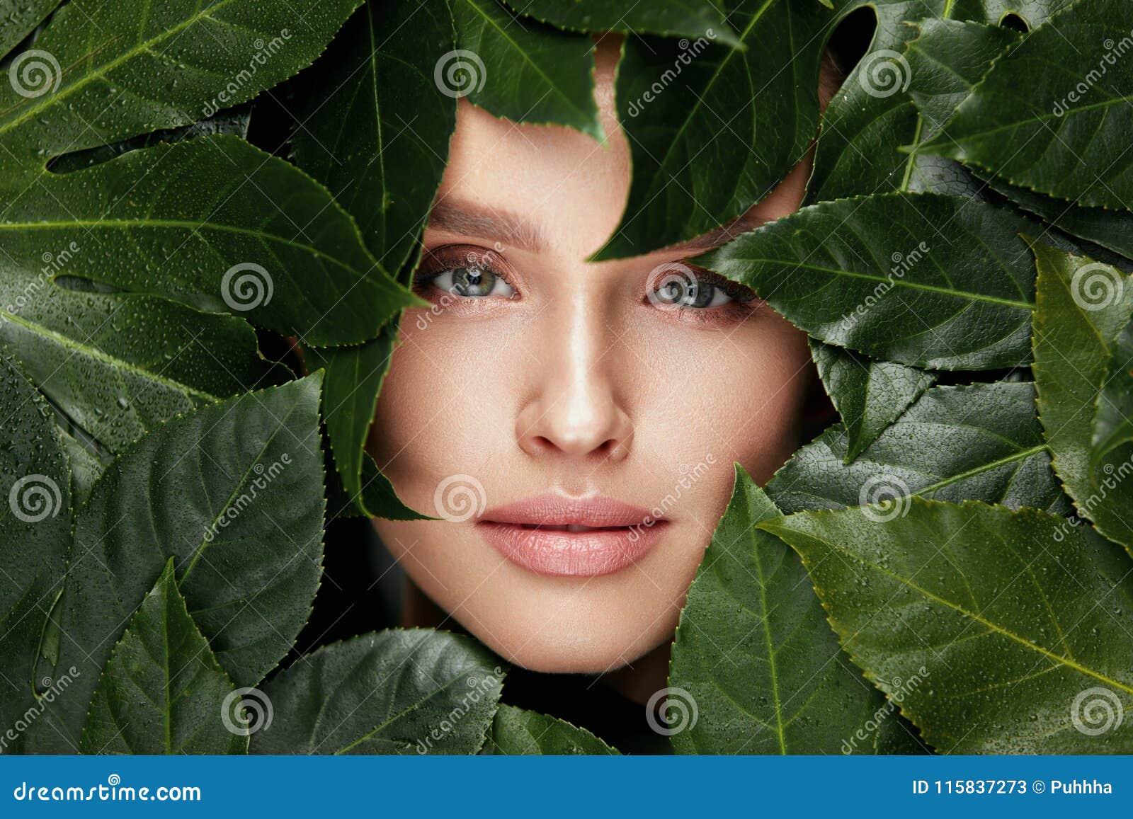 ομορφιά φυσική Όμορφο πρόσωπο γυναικών στα πράσινα φύλλα
