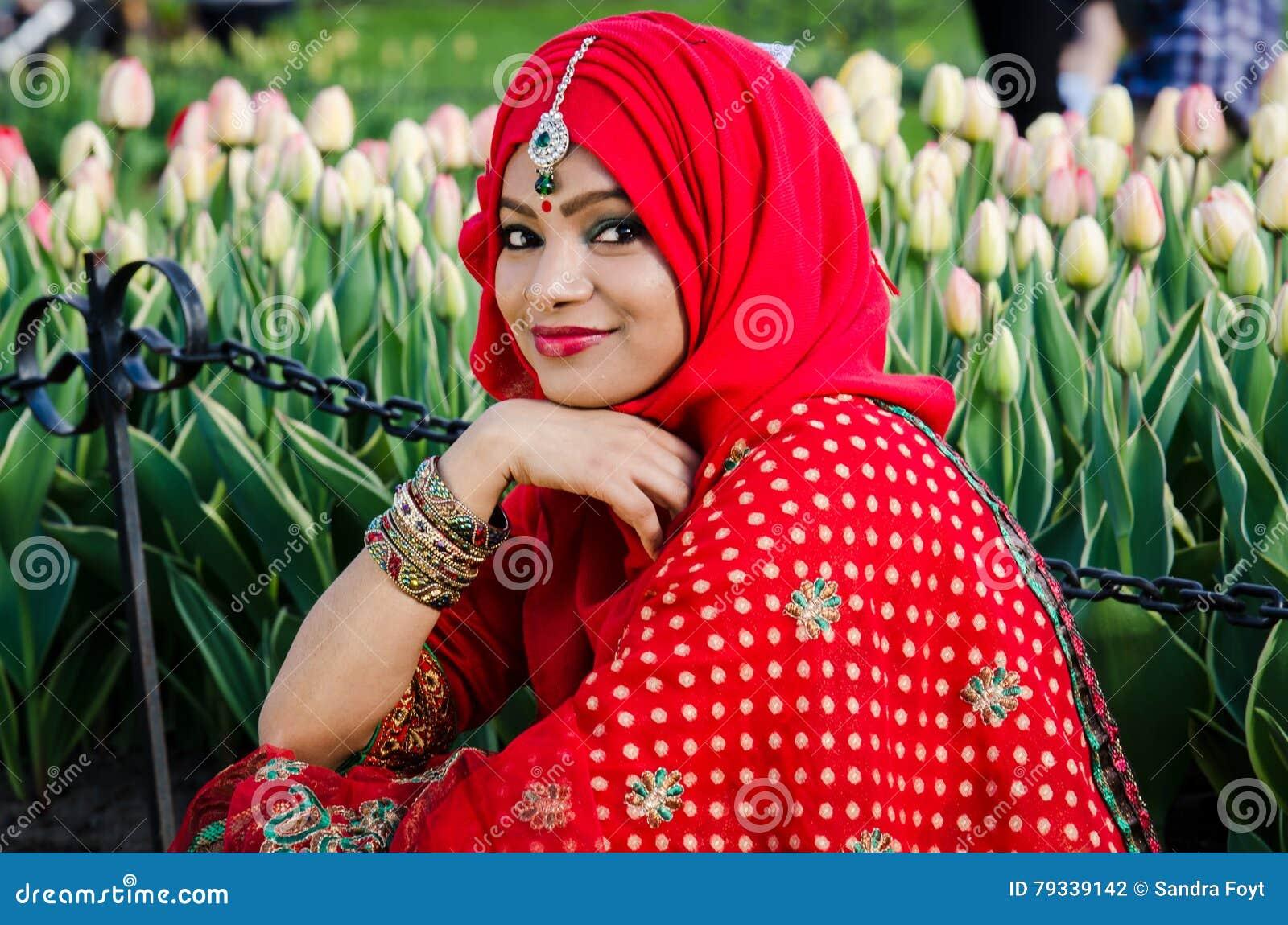 Ομορφιά χαμόγελου σε αραβικό Headress