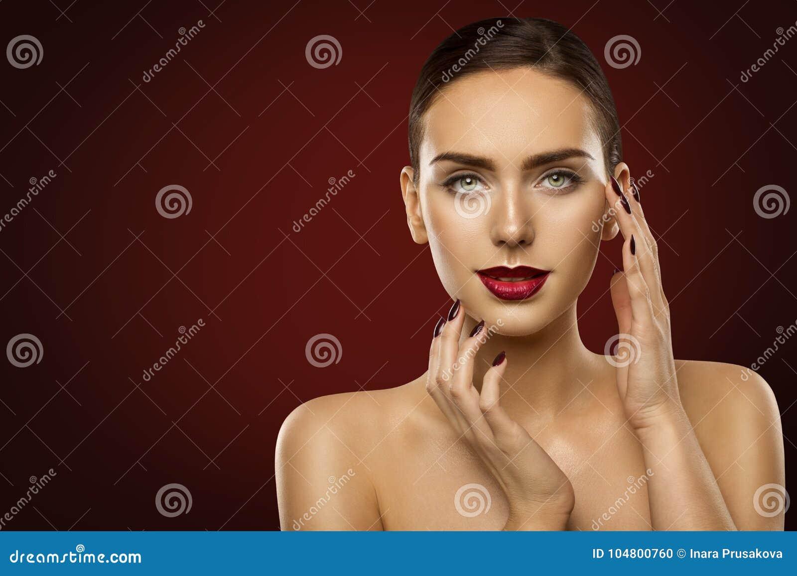 Ομορφιά Makeup γυναικών, πρότυπα σκούρο κόκκινο κραγιόν μόδας και καρφιά