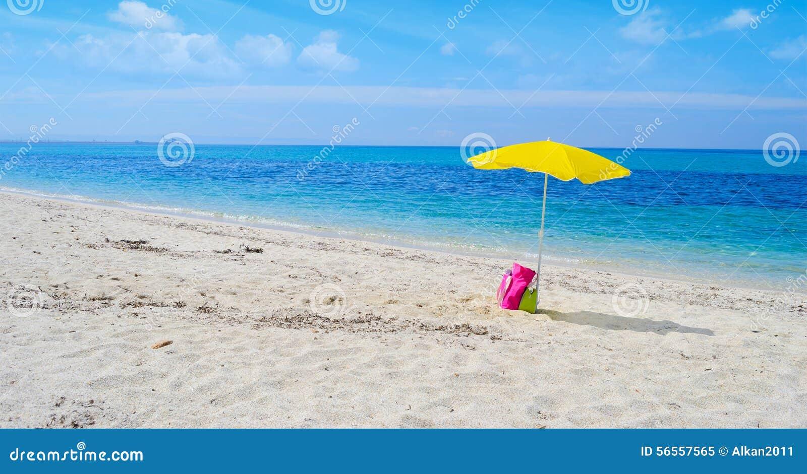 Download Ομπρέλα και τσάντα σε μια τροπική παραλία Στοκ Εικόνα - εικόνα από ιταλία, σαρδηνία: 56557565