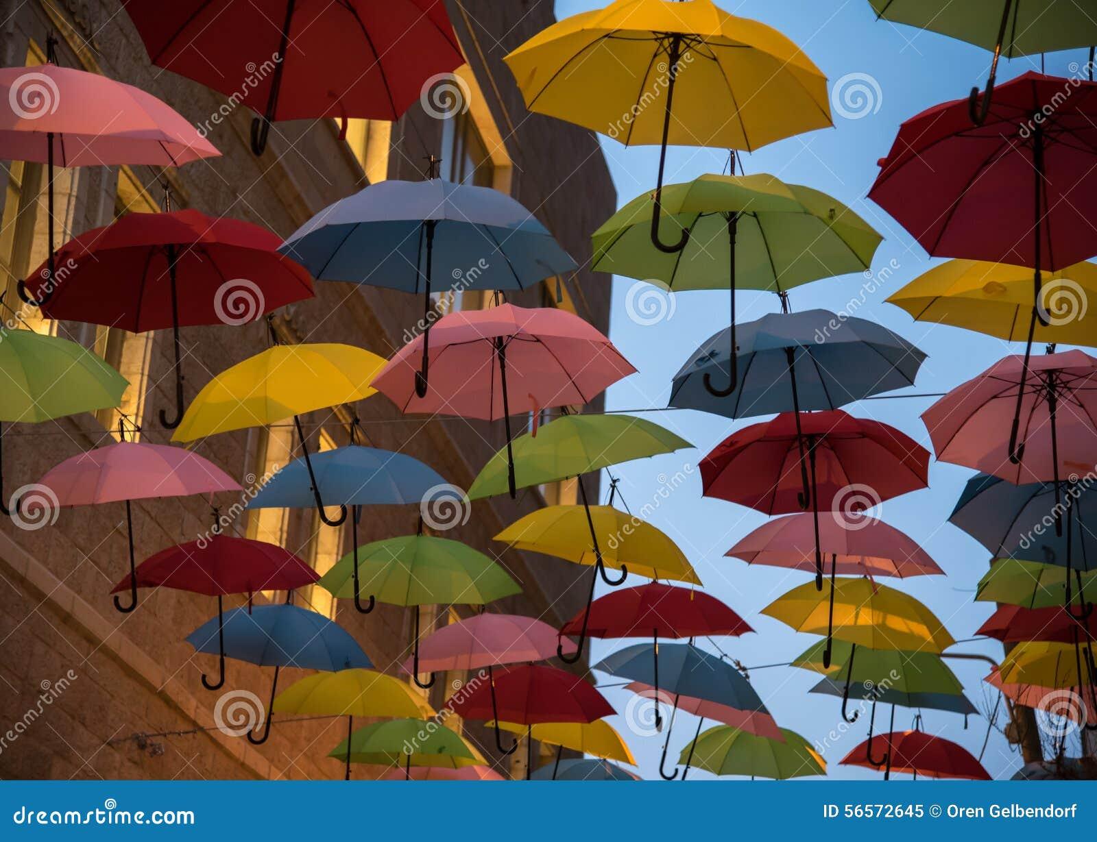Download Ομπρέλες στοκ εικόνα. εικόνα από λαβή, arroyos, πόλη - 56572645