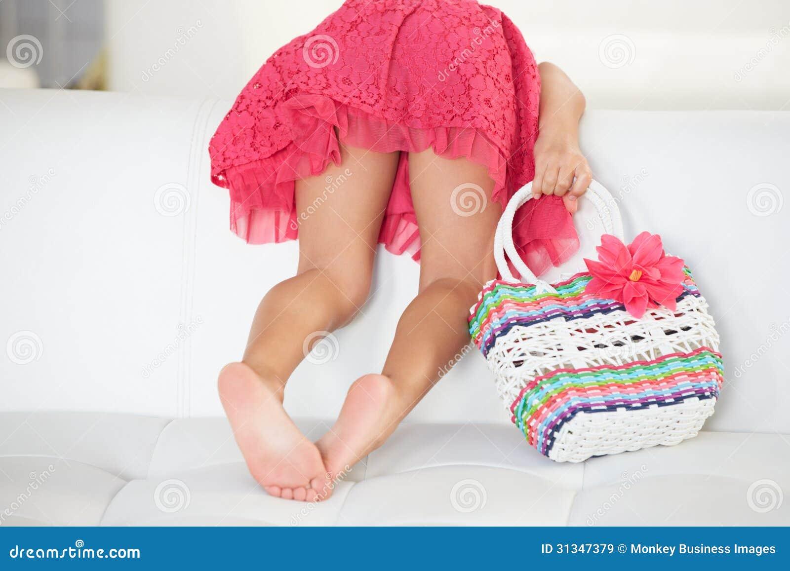 Οπισθοσκόπος του παιχνιδιού κοριτσιών στον καναπέ