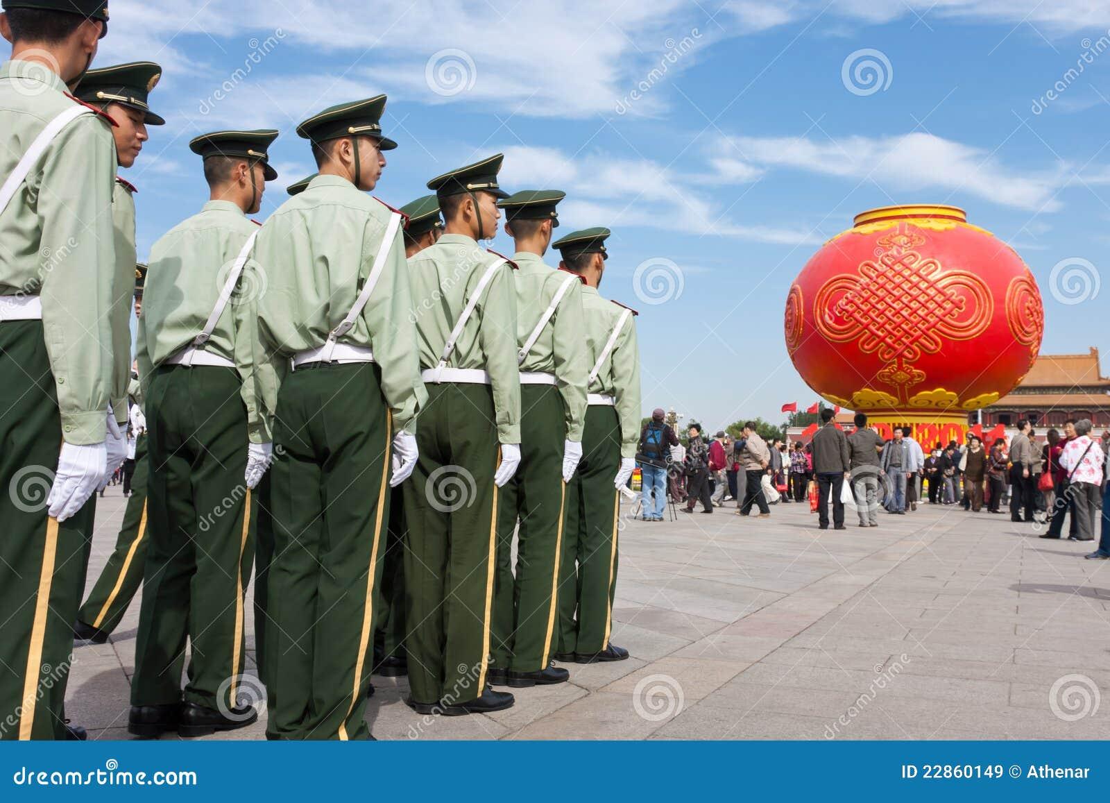 οπλισμένος υπερασπίστε τους στρατιώτες ασφάλειας αστυνομίας