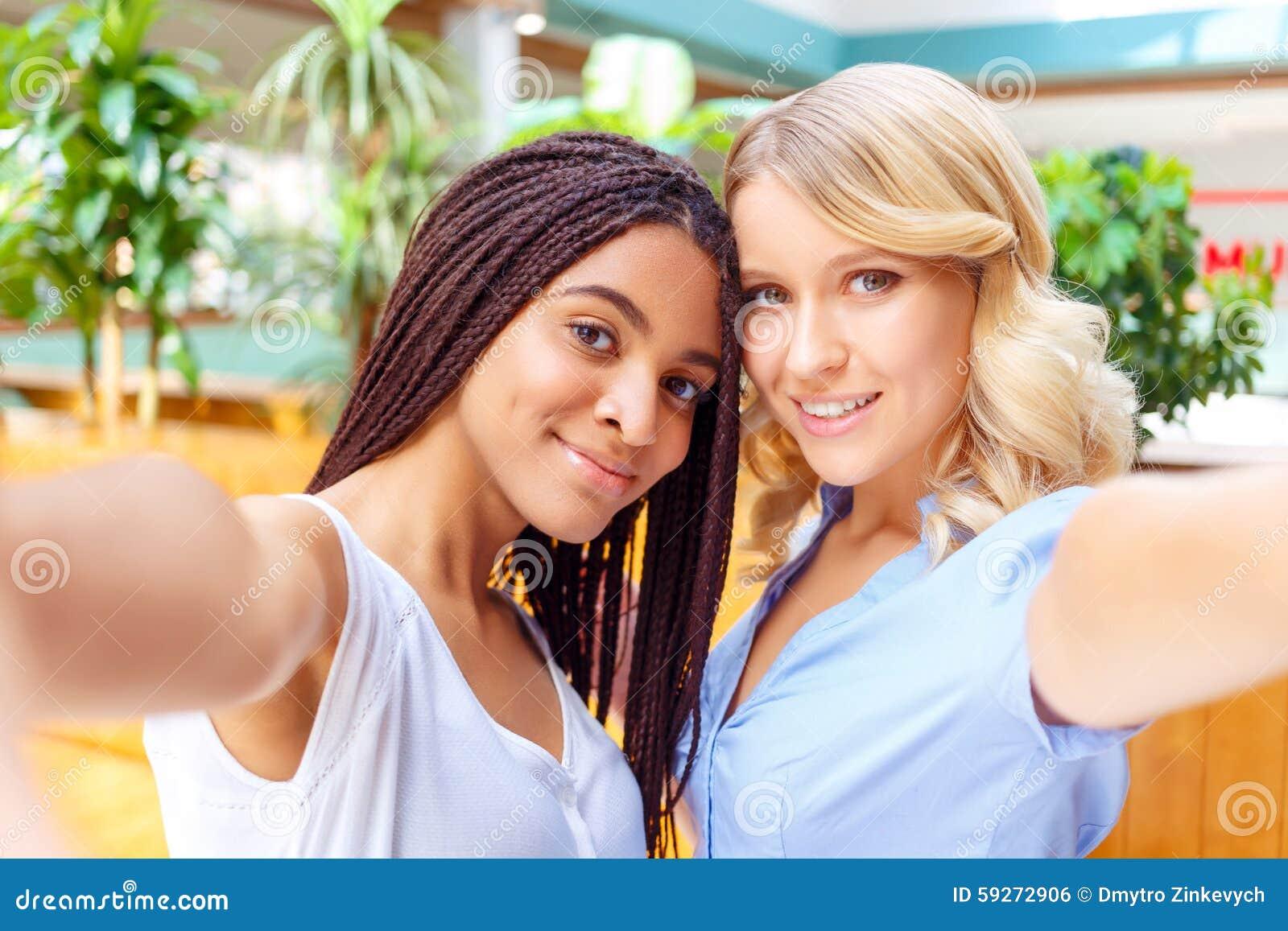 Οπτιμιστή κορίτσια που κάνουν selfie