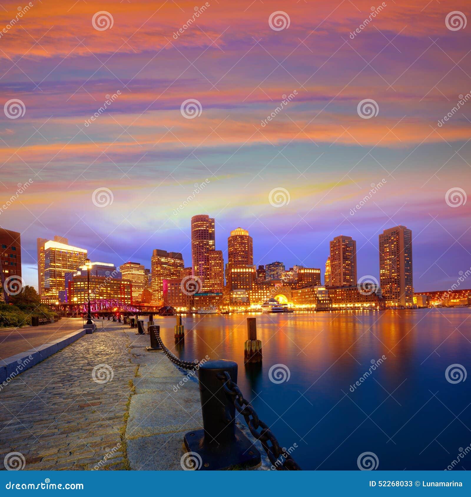 Ορίζοντας ηλιοβασιλέματος της Βοστώνης στην αποβάθρα Μασαχουσέτη ανεμιστήρων