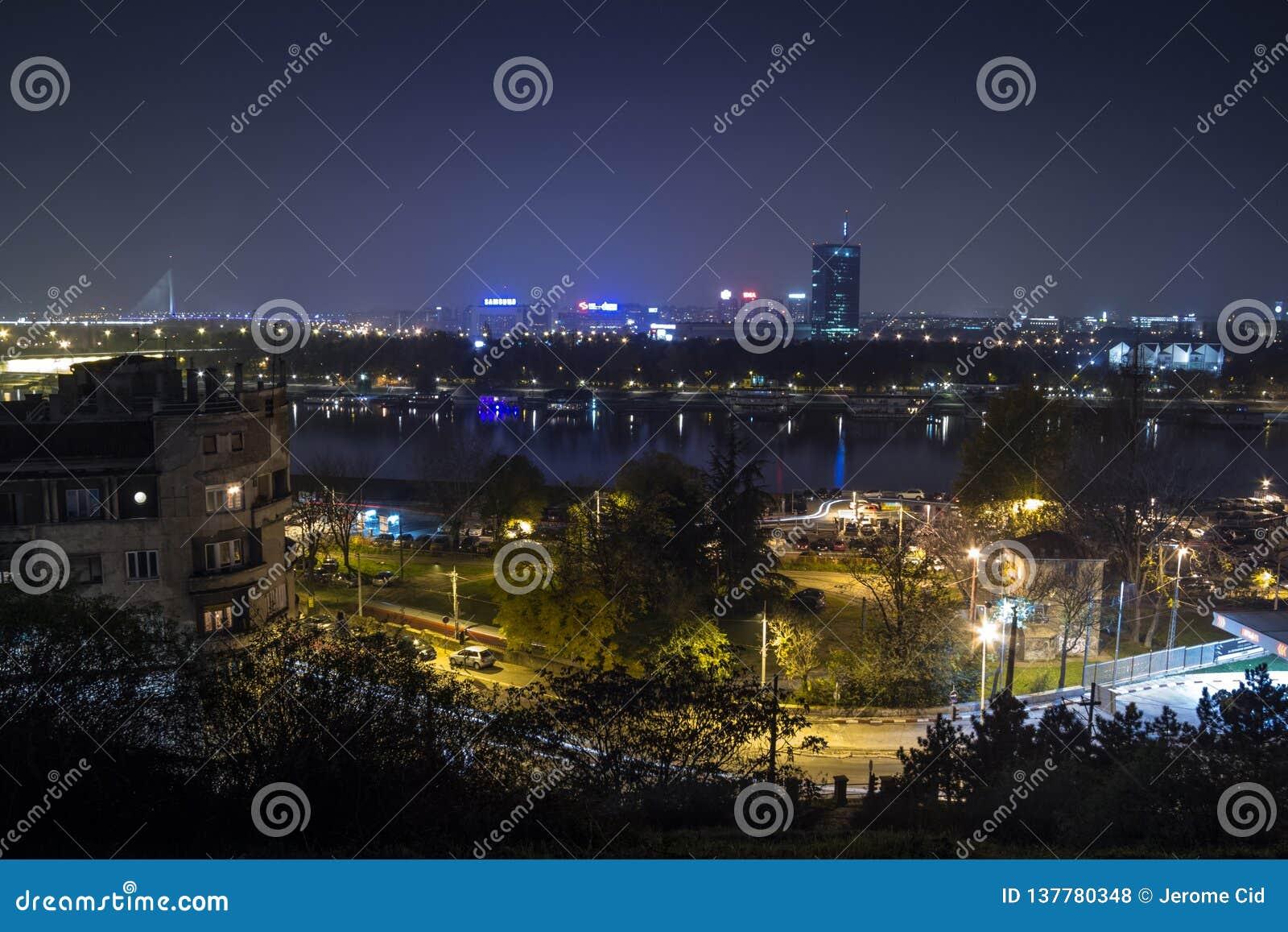 Ορίζοντας νέου Βελιγραδι ου Novi Beograd που βλέπει τή νύχτα από το φρούριο Kalemegdan