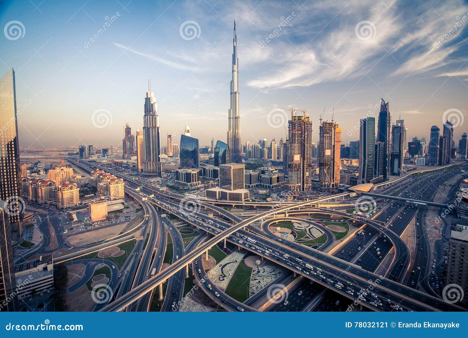 Ορίζοντας του Ντουμπάι με την όμορφη πόλη κοντά σε it& x27 πιό πολυάσχολη εθνική οδός του s στην κυκλοφορία