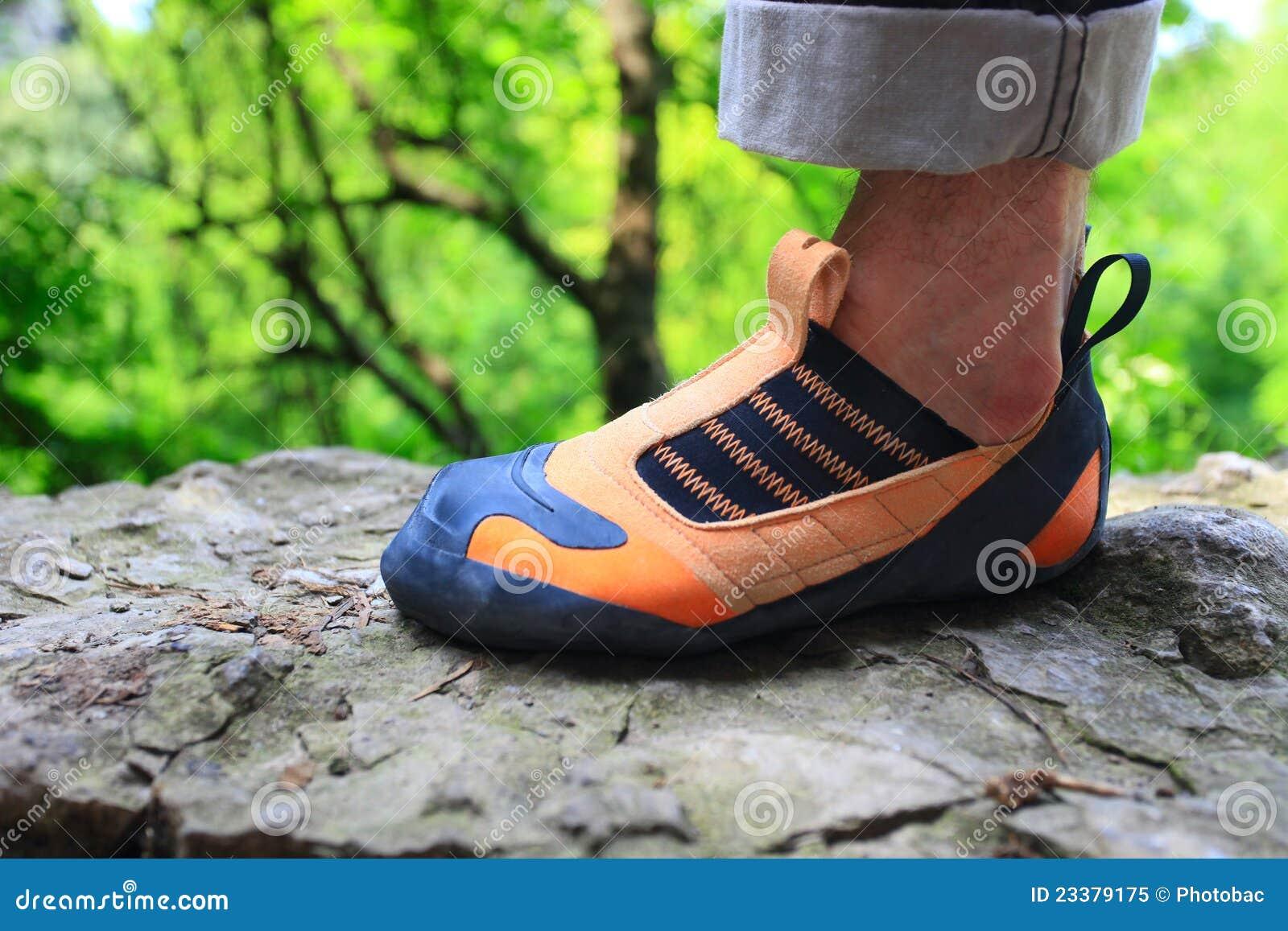174f61c15e1 ορειβάτης που αναρριχείται στο παπούτσι βράχου S ποδιών Στοκ Εικόνα ...
