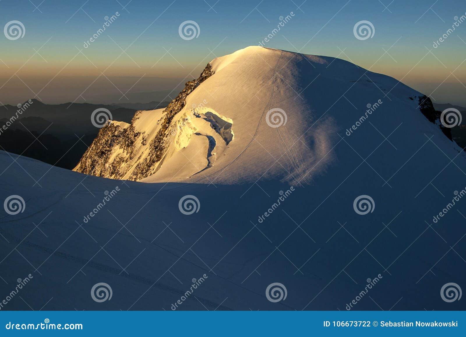 Ορεινός όγκος της Rosa Monte - Piramide Vincent στην ανατολή