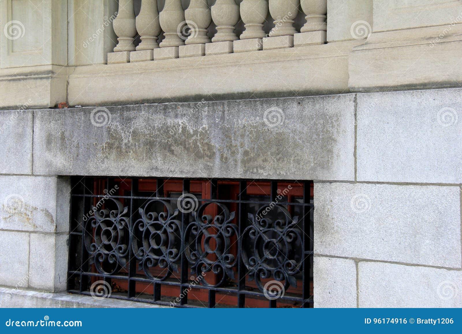 Οριζόντια εικόνα του κτηρίου πετρών με τα συνημμένα χαρασμένων κιγκλιδωμάτων και επεξεργασμένου σιδήρου