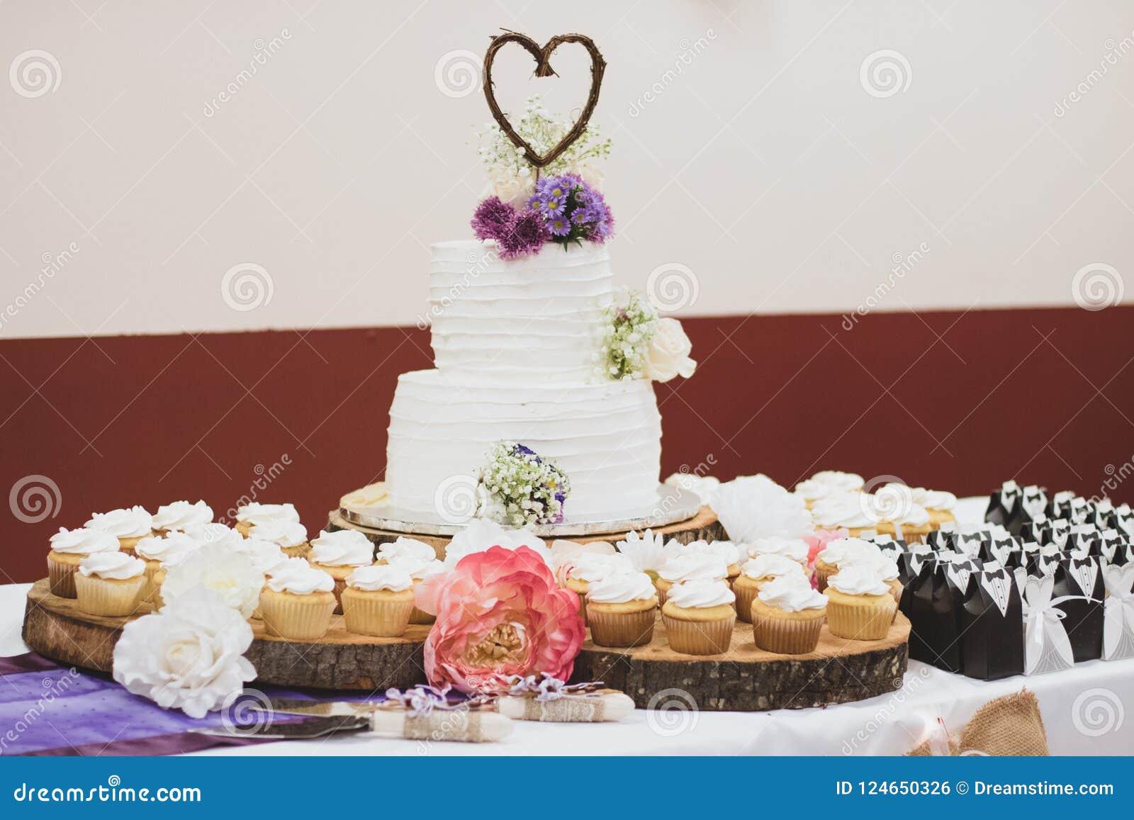 Ορισμένα γαμήλια κέικ και Cupcakes