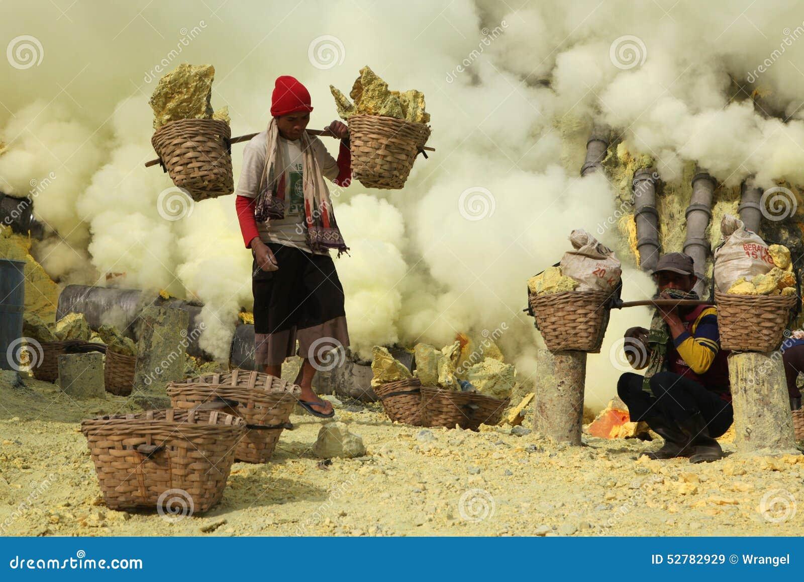 Ορυχεία Kawah Ijen θείου στην ανατολική Ιάβα, Ινδονησία