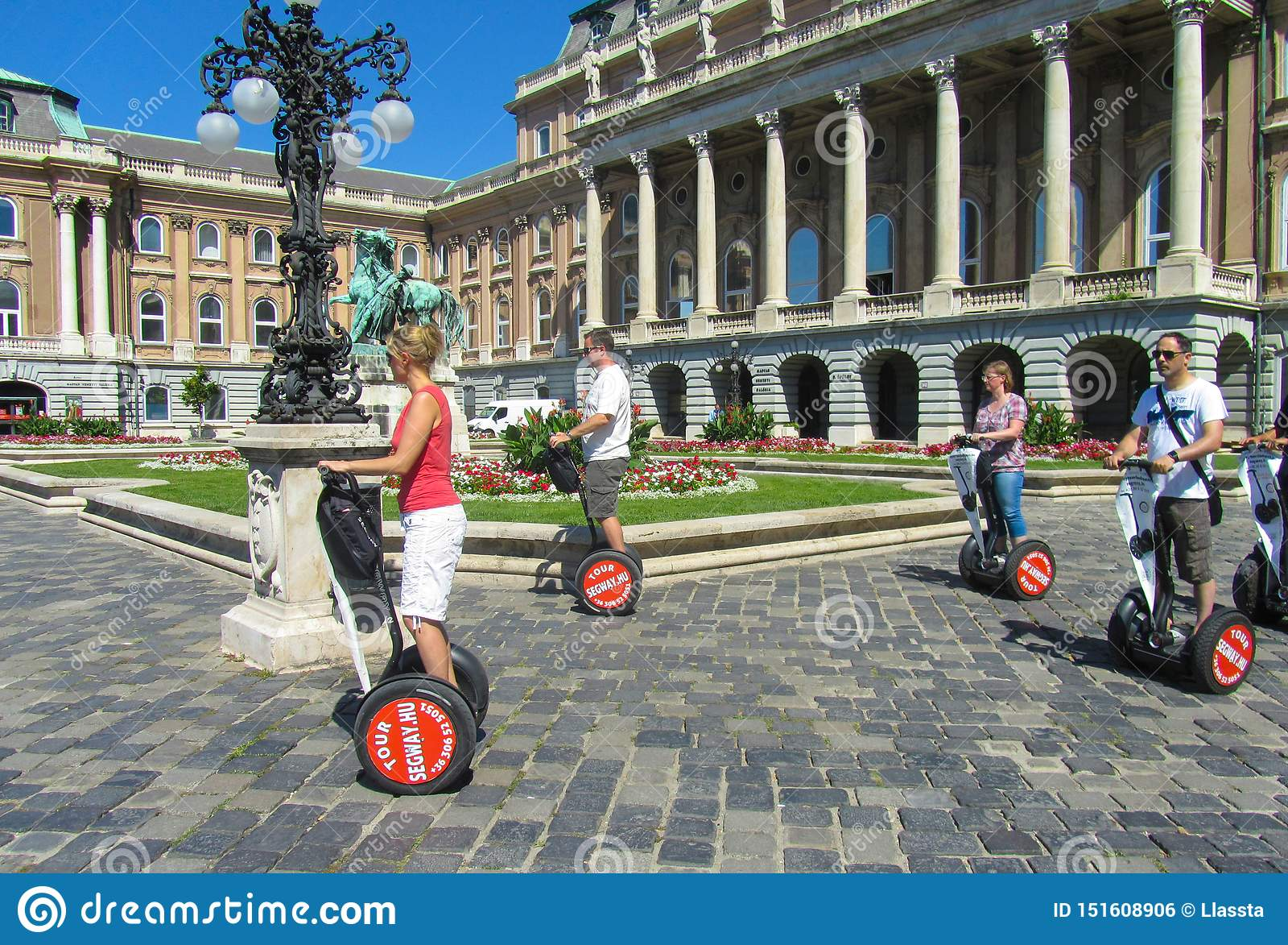 Ουγγαρία, Βουδαπέστη, στις 29 Αυγούστου 2015 Royal Palace Ταξίδι τουριστών από το hoverboard