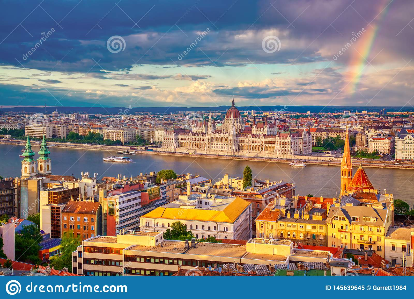Ουράνιο τόξο κοντά σε Parlament και την όχθη ποταμού του ποταμού Δούναβη στη Βουδαπέστη, Ουγγαρία