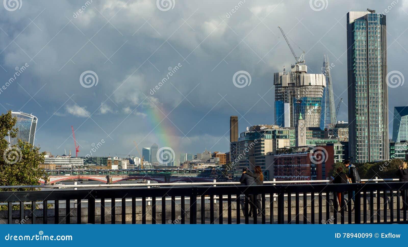 Ουράνιο τόξο πέρα από την πόλη του Λονδίνου