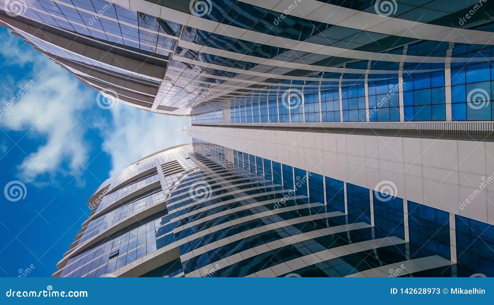 ουρανοξύστες ψηλά κτίρια που βλέπουν από τη βάση προς τον ουρανό
