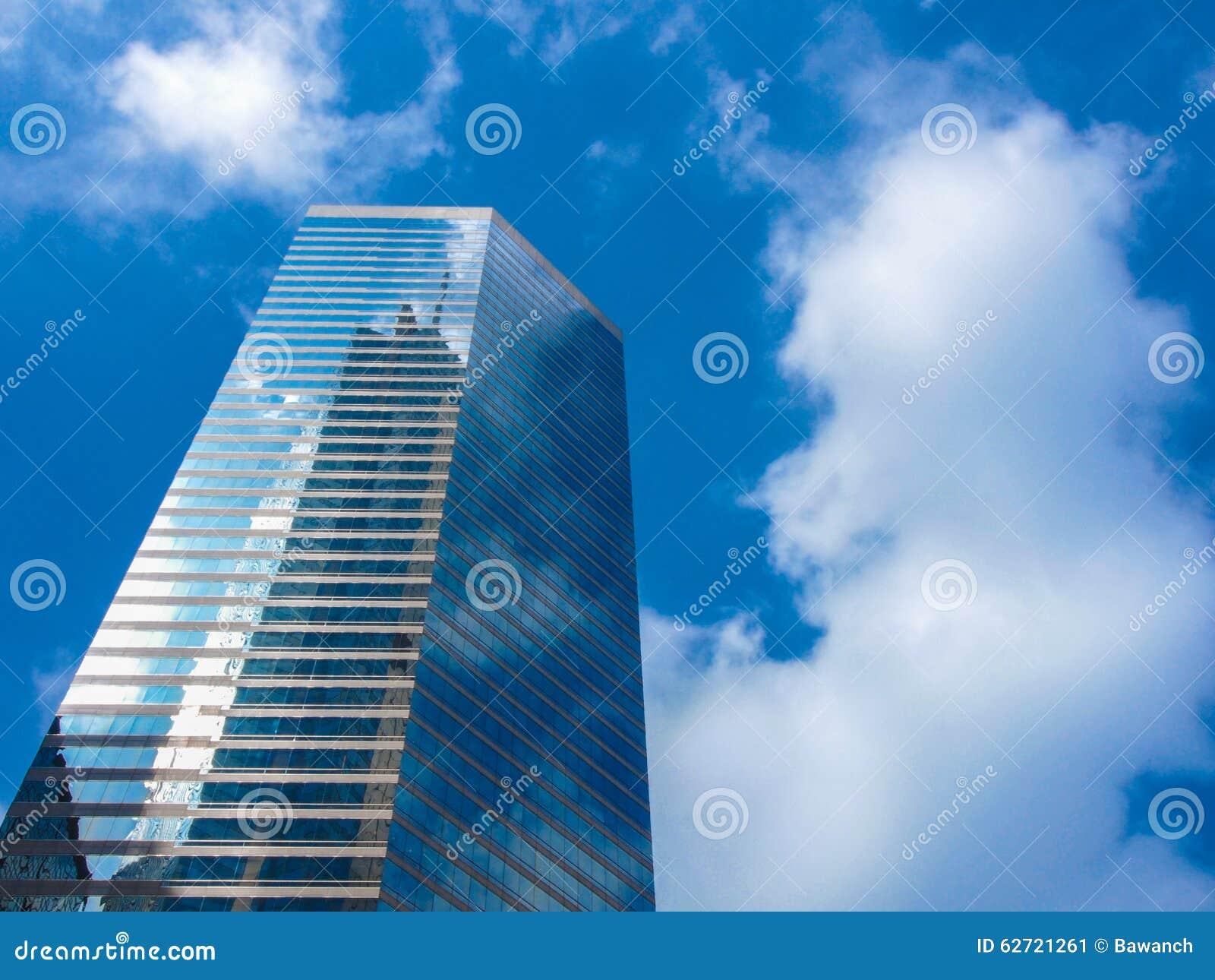 Ουρανοξύστης και ουρανός
