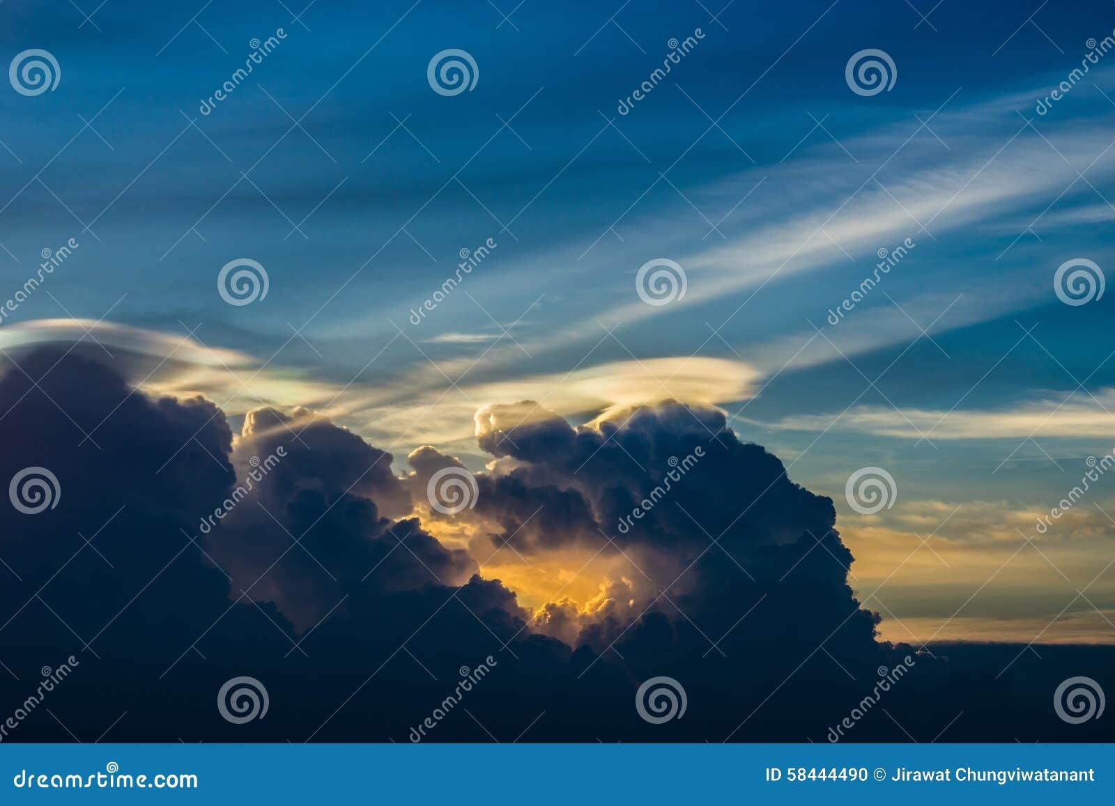 Ουρανός και σύννεφο λυκόφατος