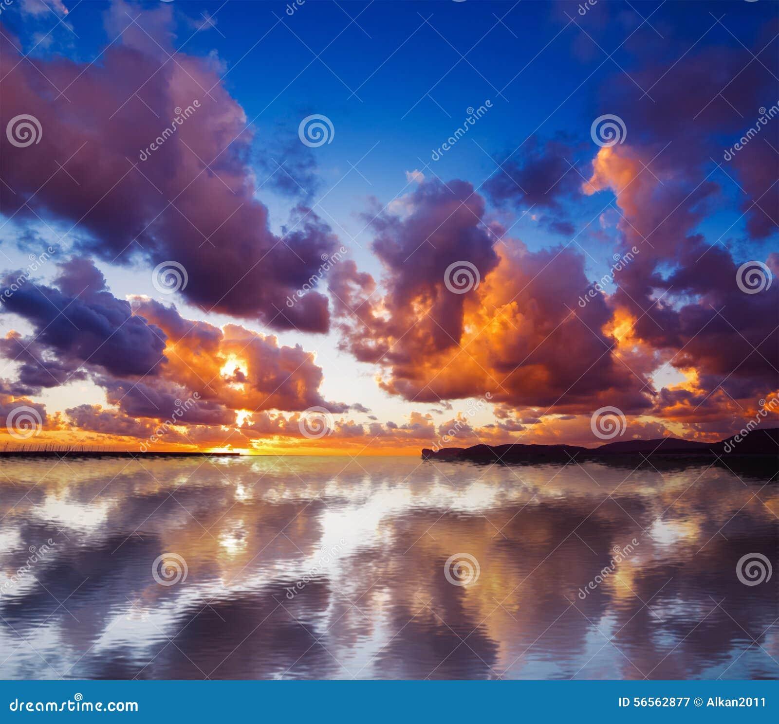 Download Ουρανός που απεικονίζεται στο νερό στο ηλιοβασίλεμα Στοκ Εικόνα - εικόνα από έξυπνο, φθινοπώρου: 56562877