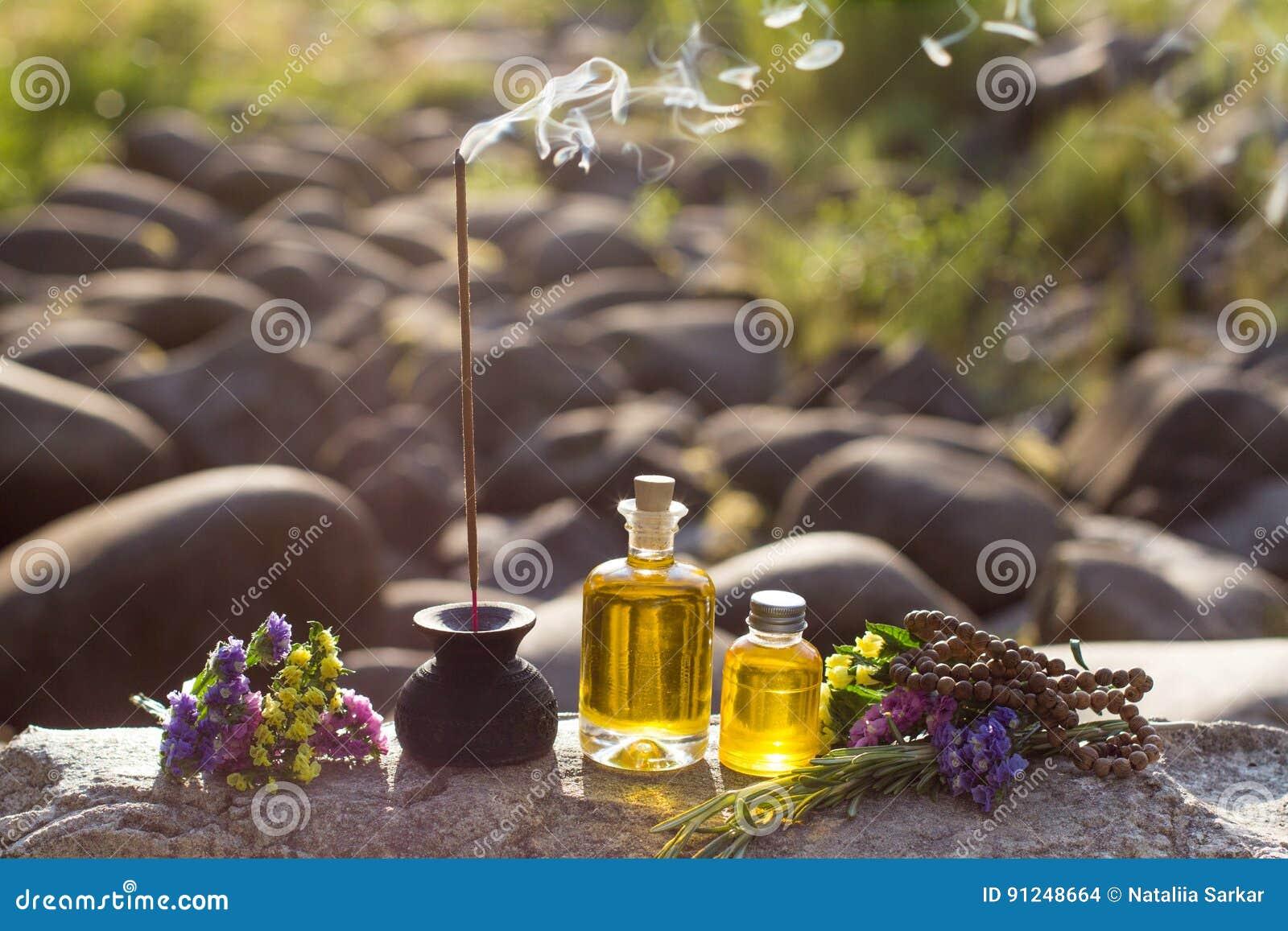 Ουσιαστικά πετρέλαια και αρωματικά ραβδιά για την περισυλλογή σε έναν βράχο