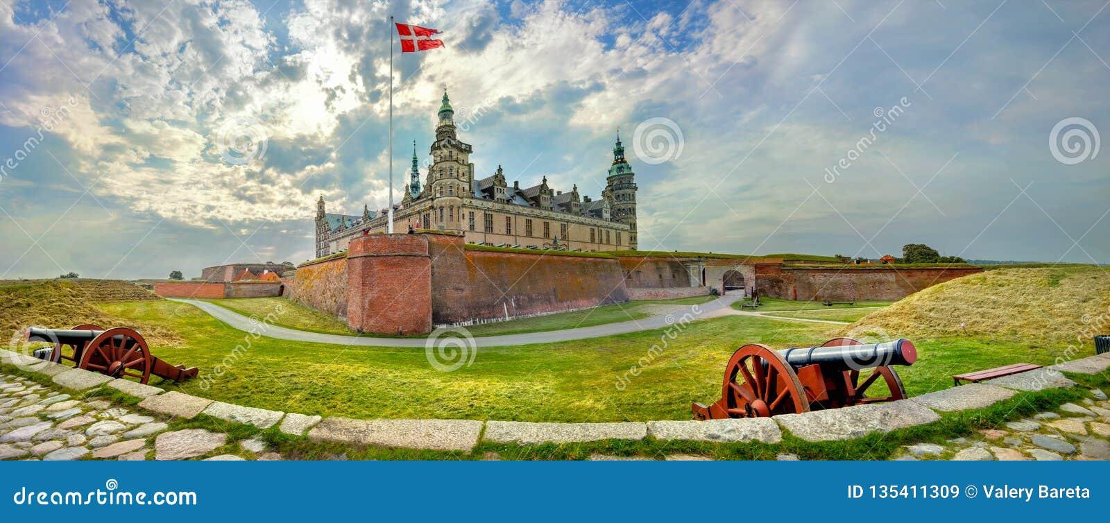 Οχυρώσεις με τα πυροβόλα και τους τοίχους του φρουρίου στο κάστρο Castle Kronborg Άμλετ Δανία helsingor