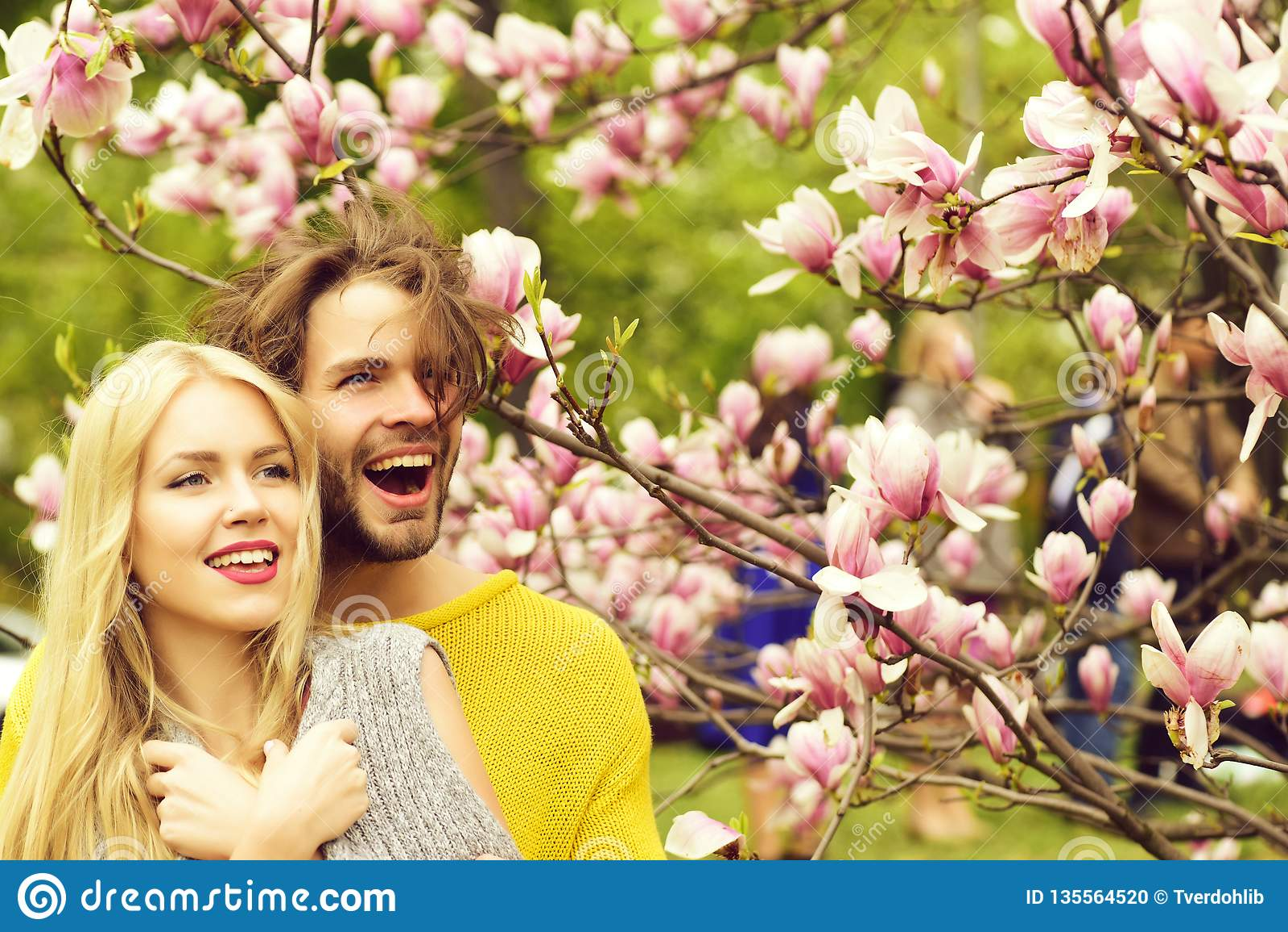 Ο άνδρας και η γυναίκα, συνδέουν τα ερωτευμένα την άνοιξη λουλούδια magnolia