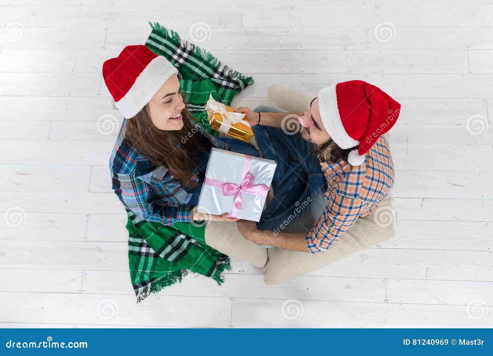 8f1aab2dd7f Ο άνδρας δίνει στις παρούσες διακοπές Χριστουγέννων γυναικών κιβωτίων δώρων  την ευτυχή ένδυση ζεύγους νέο καπέλο
