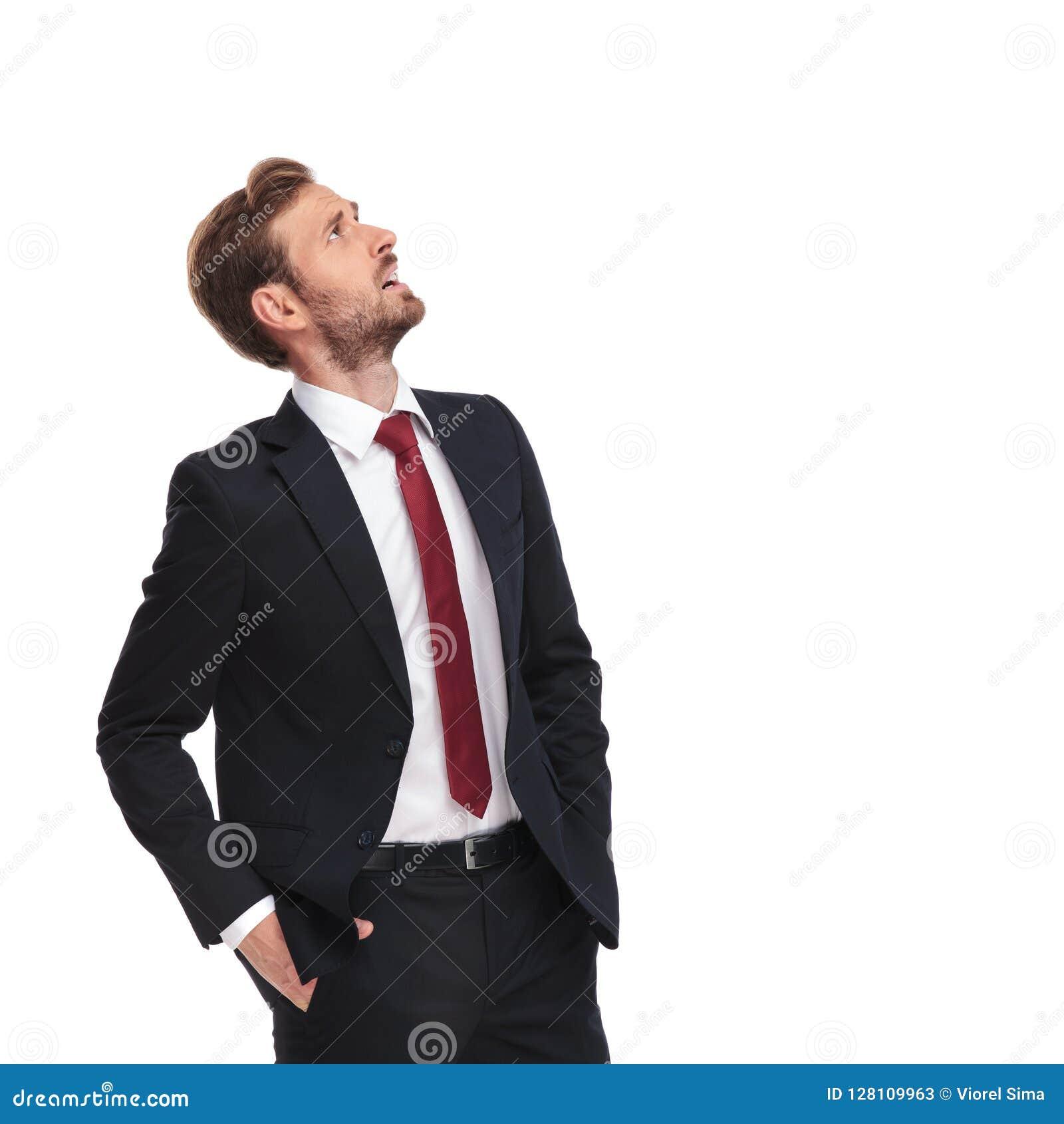 Ο έκπληκτος επιχειρηματίας ανατρέχει στην πλευρά στεμένος