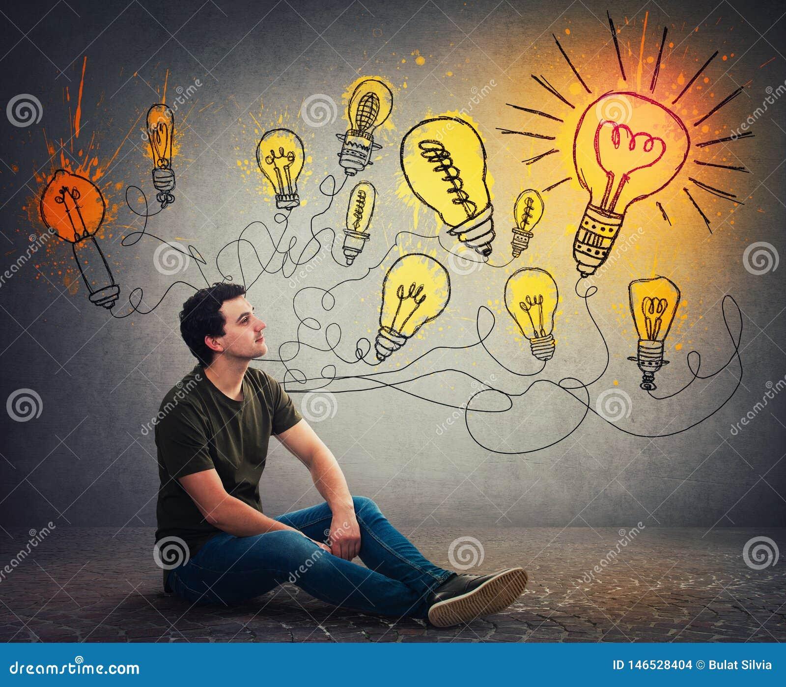 Ο έξυπνος και έξυπνος τύπος έχει τη διαφορετικές σκέψη και τις ιδέες
