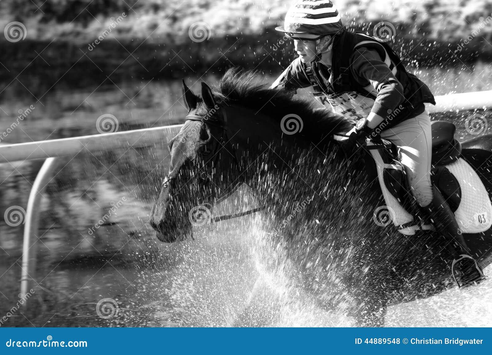 Οδήγηση του αλόγου μέσω του νερού στο τριών ημερών γεγονός