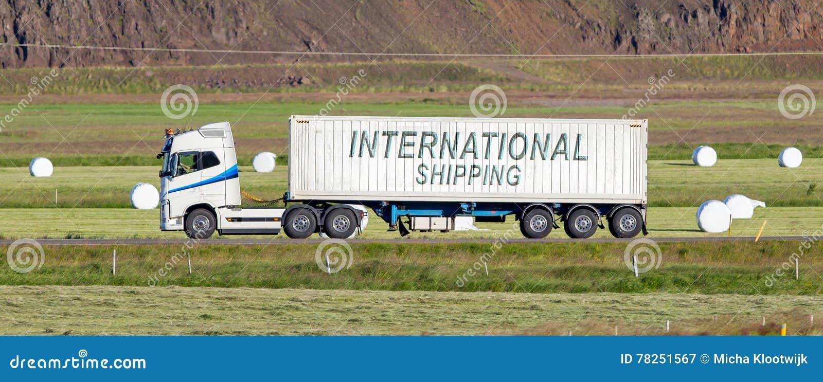 Οδήγηση φορτηγών μέσω μιας αγροτικής περιοχής - διεθνής ναυτιλία