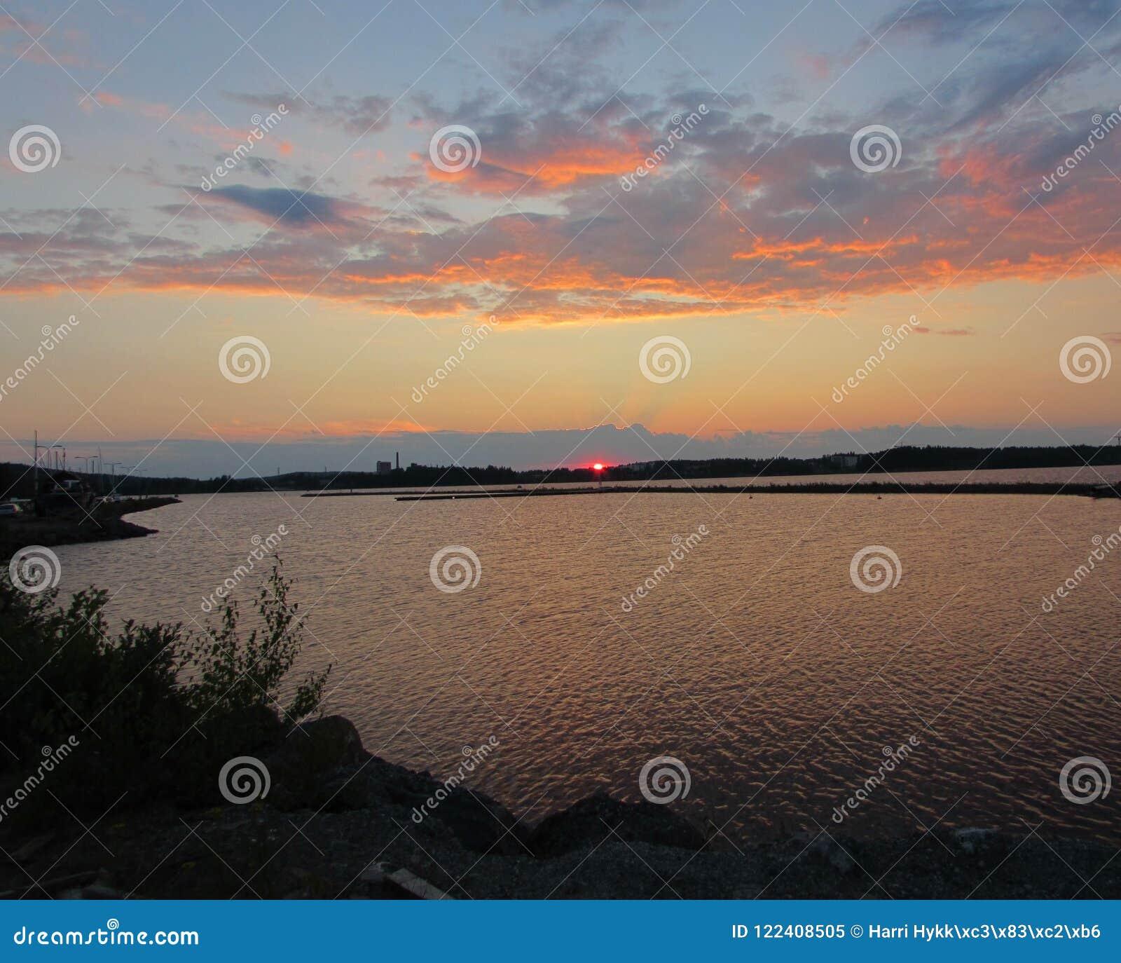 Ο ήλιος πέφτει πίσω από τη λίμνη
