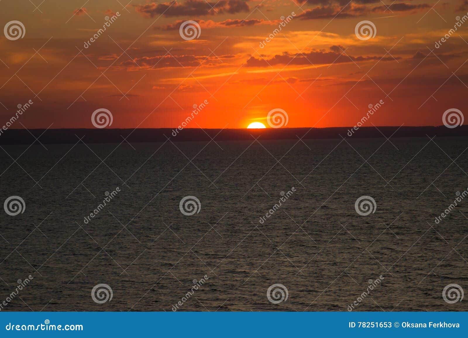 Ο ήλιος ρύθμισης στον ποταμό του Βόλγα