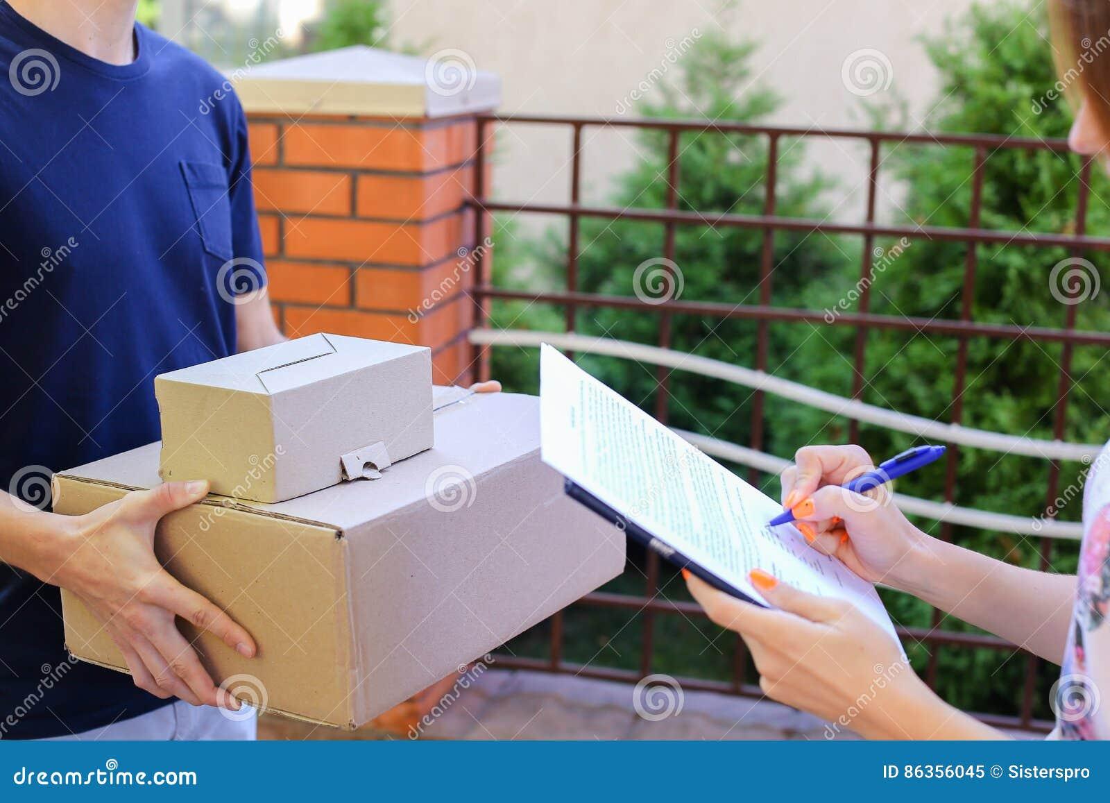 Ο αγγελιαφόρος ατόμων φέρνει τη διαταγή στον πελάτη, δίνει τη μάνδρα και το έγγραφο στα SIG