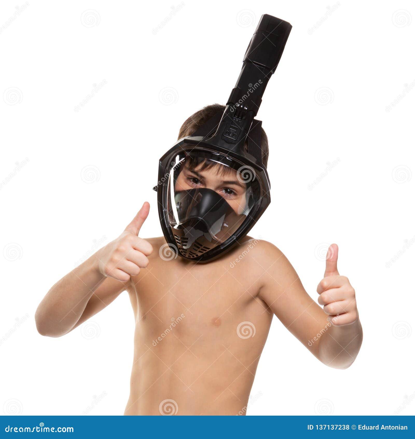 Ο αθλητής αγοριών με μια πλήρη μάσκα κατάδυσης προσώπου στο πρόσωπό του, αγόρι παρουσιάζει χειρονομίες, έννοια τρόπου ζωής, σε έν