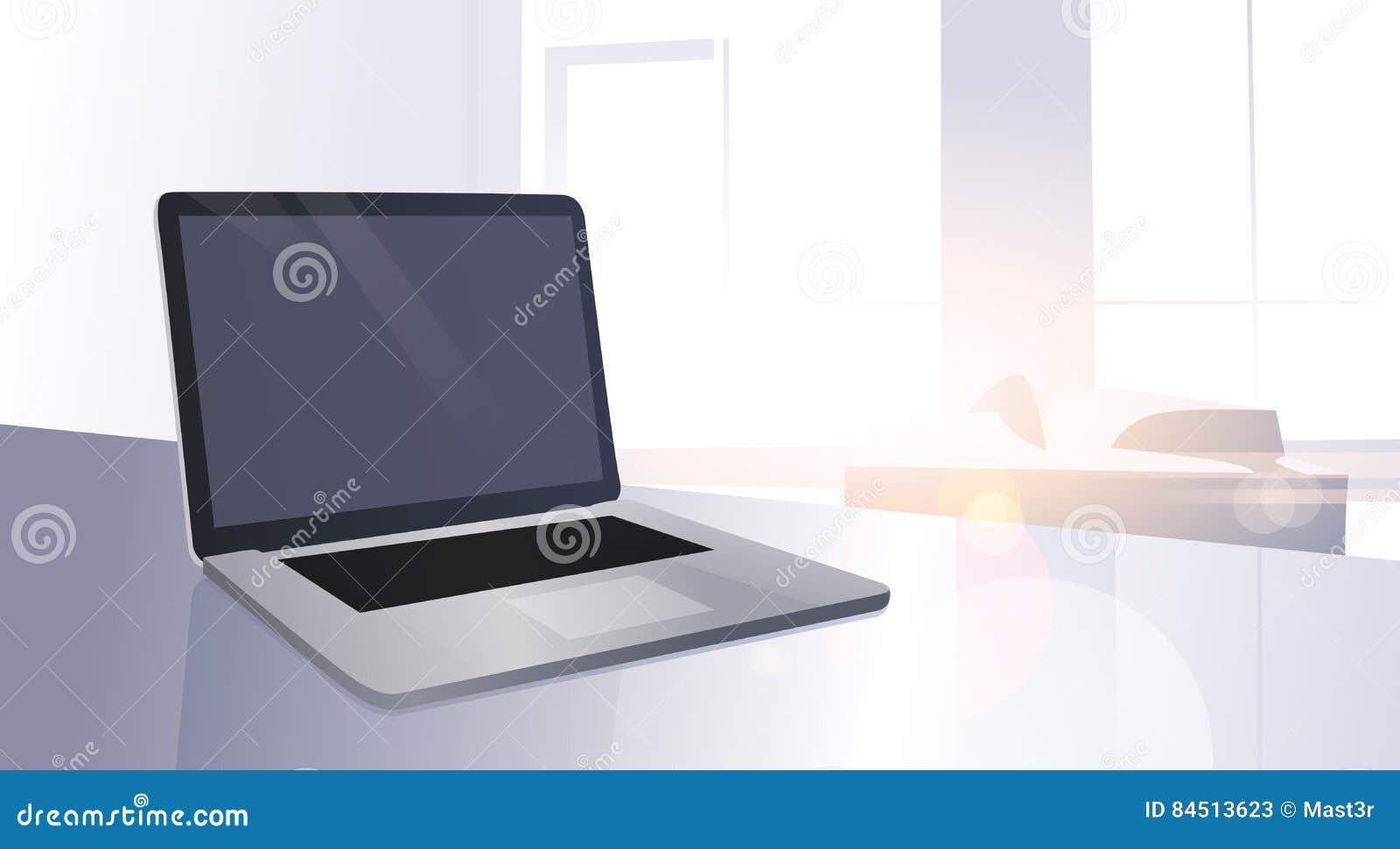 Ο ανοικτός ψηφιακός φορητός προσωπικός υπολογιστής ήλιο παραθύρων επιτραπέζιων στο σύγχρονο διαμερισμάτων λάμπει