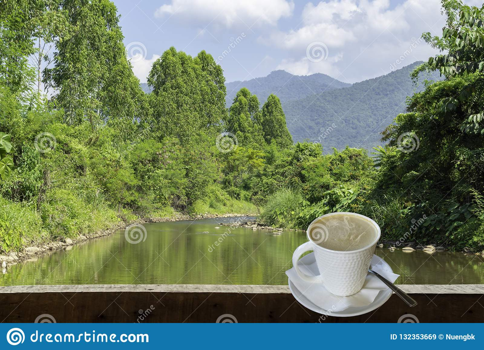 Ο απομονωμένος καυτός καφές έβαλε ένα γυαλί του λευκού με ένα περιστασιακό σπάσιμο για