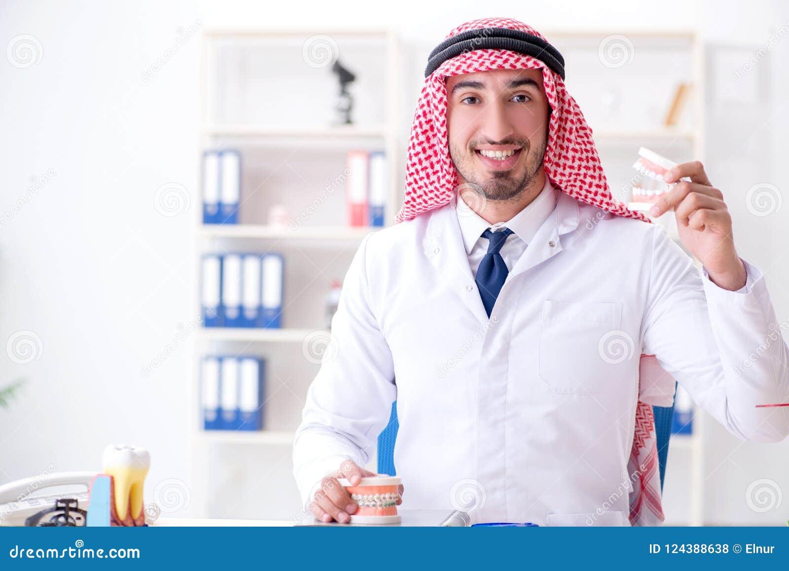 Ο αραβικός οδοντίατρος που εργάζεται στο νέο μόσχευμα δοντιών