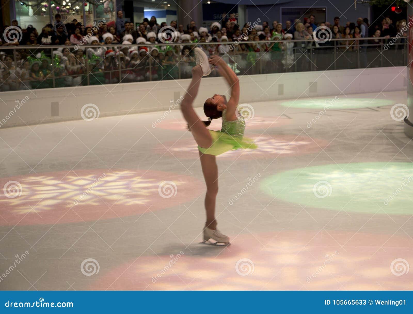 Ο αριθμός που κάνει πατινάζ παρουσιάζει στο κέντρο πάγου Galleria διακοπών