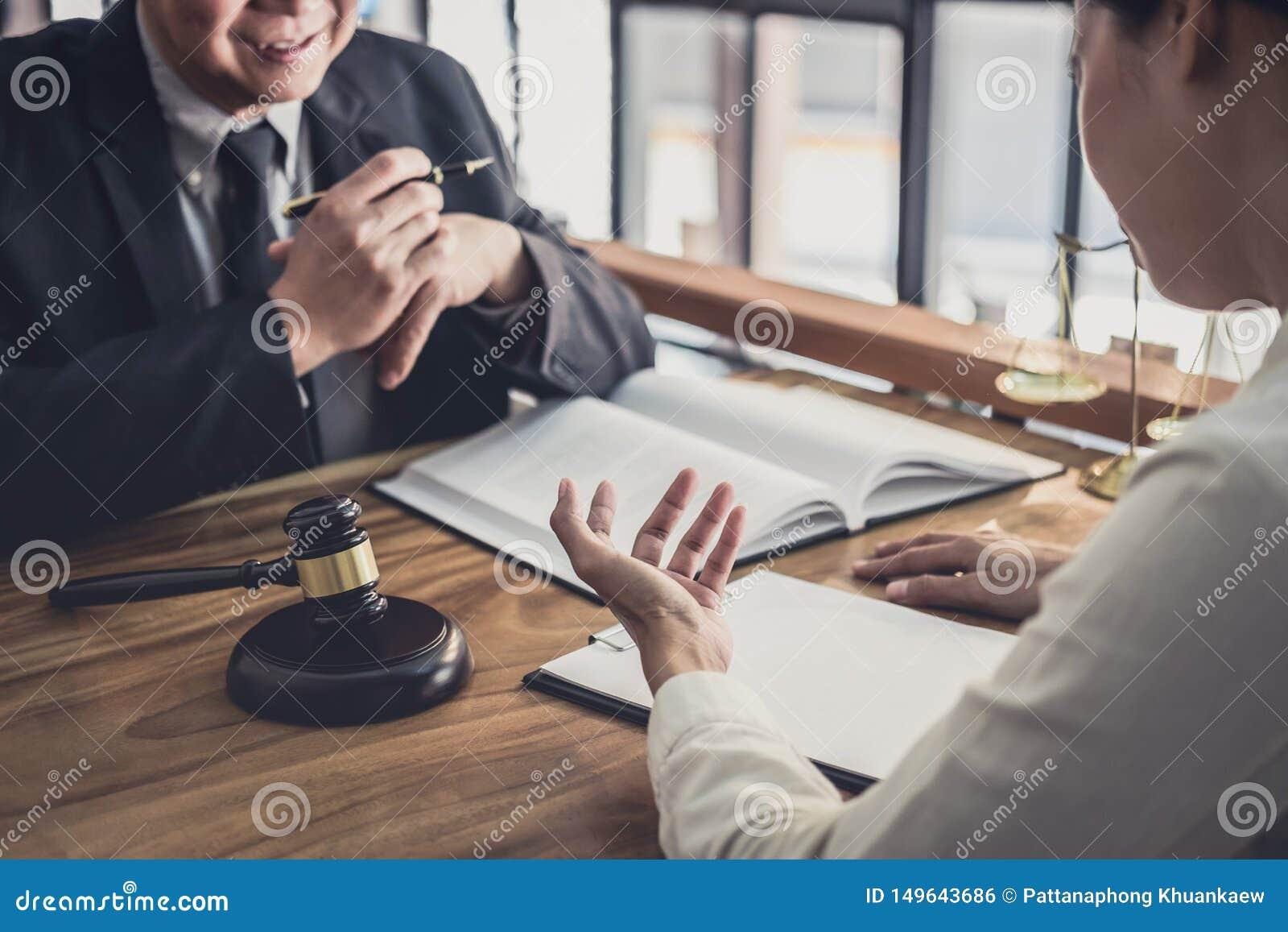 Ο αρσενικός δικηγόρος ή ο δικαστής συσκέπτεται τη διοργάνωση της συνεδρίασης των ομάδων την έννοια με τον πελάτη επιχειρηματιών,