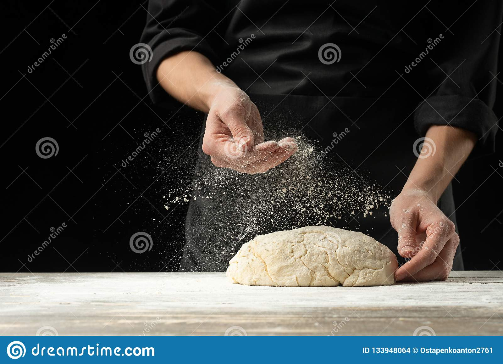 Ο αρτοποιός μαγείρων προετοιμάζει το ψωμί, focaccia, πίτσα, κουλούρια, γλυκά πράσινη οριζόντια βλάστηση ουρανού θάλασσας της Σαρδ