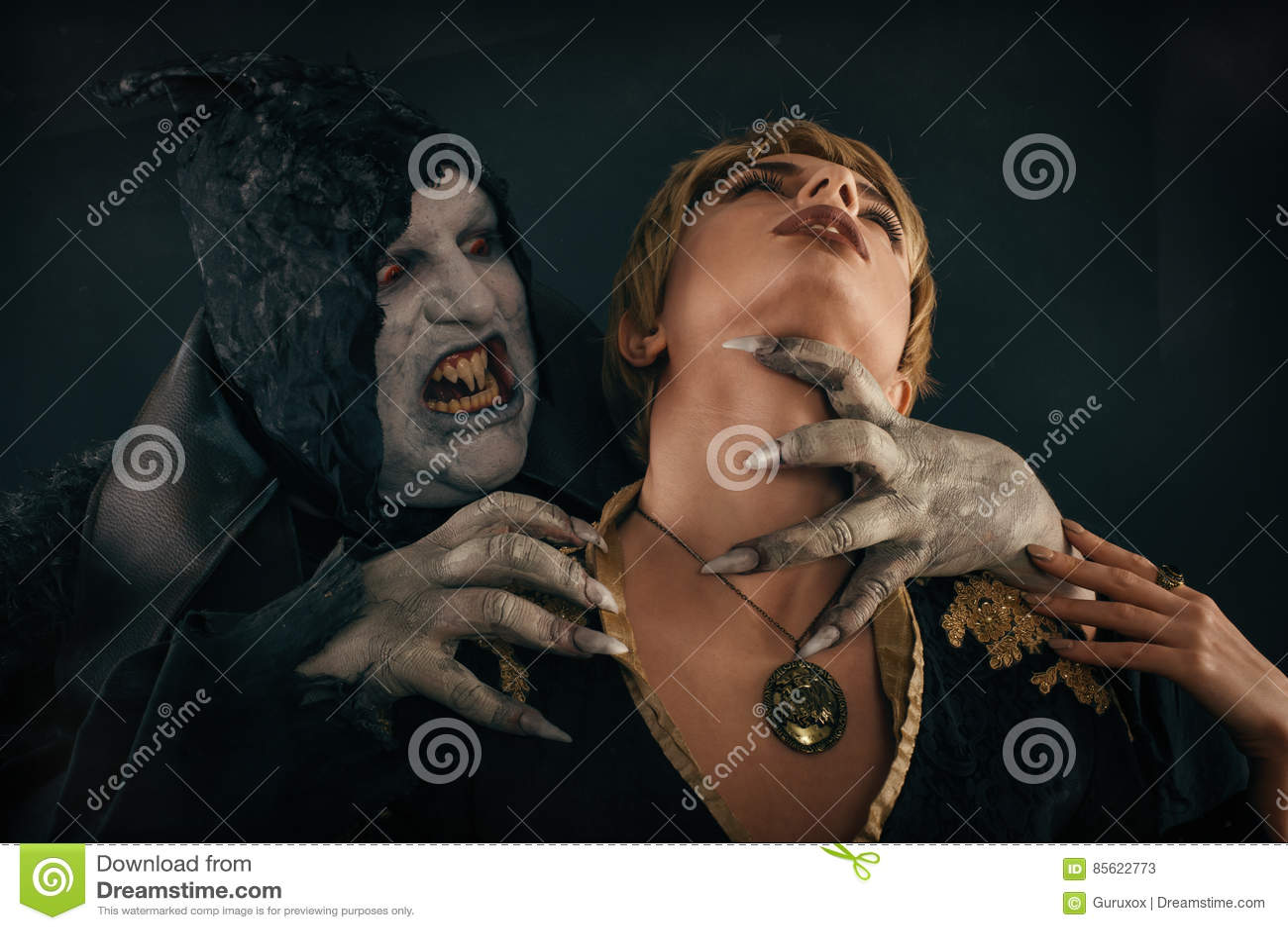 Ο αρχαίος δαίμονας βαμπίρ τεράτων δαγκώνει έναν λαιμό γυναικών Αποκριές fant