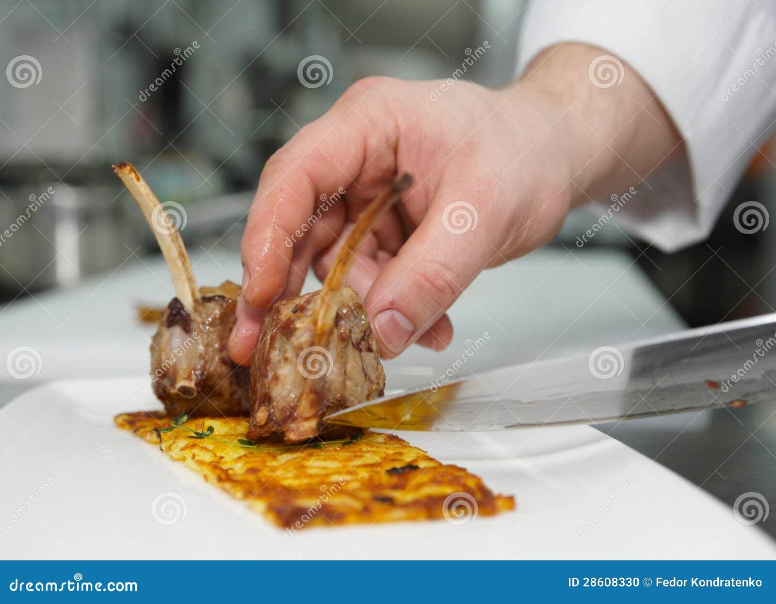 Ο αρχιμάγειρας κάνει το πιάτο κρέατος
