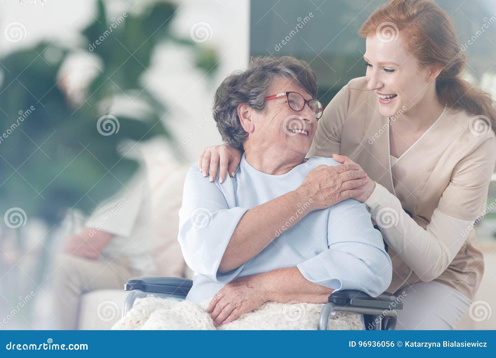 Ο ασθενής και caregiver ξοδεύει το χρόνο από κοινού
