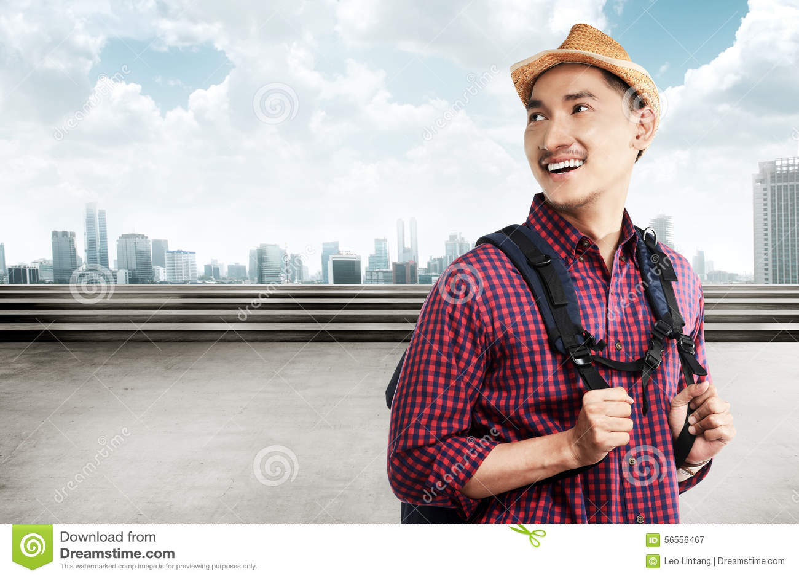Download Ο ασιατικός τουρίστας φέρνει το χαμόγελο σακιδίων πλάτης Στοκ Εικόνα - εικόνα από ευτυχής, πορτρέτο: 56556467
