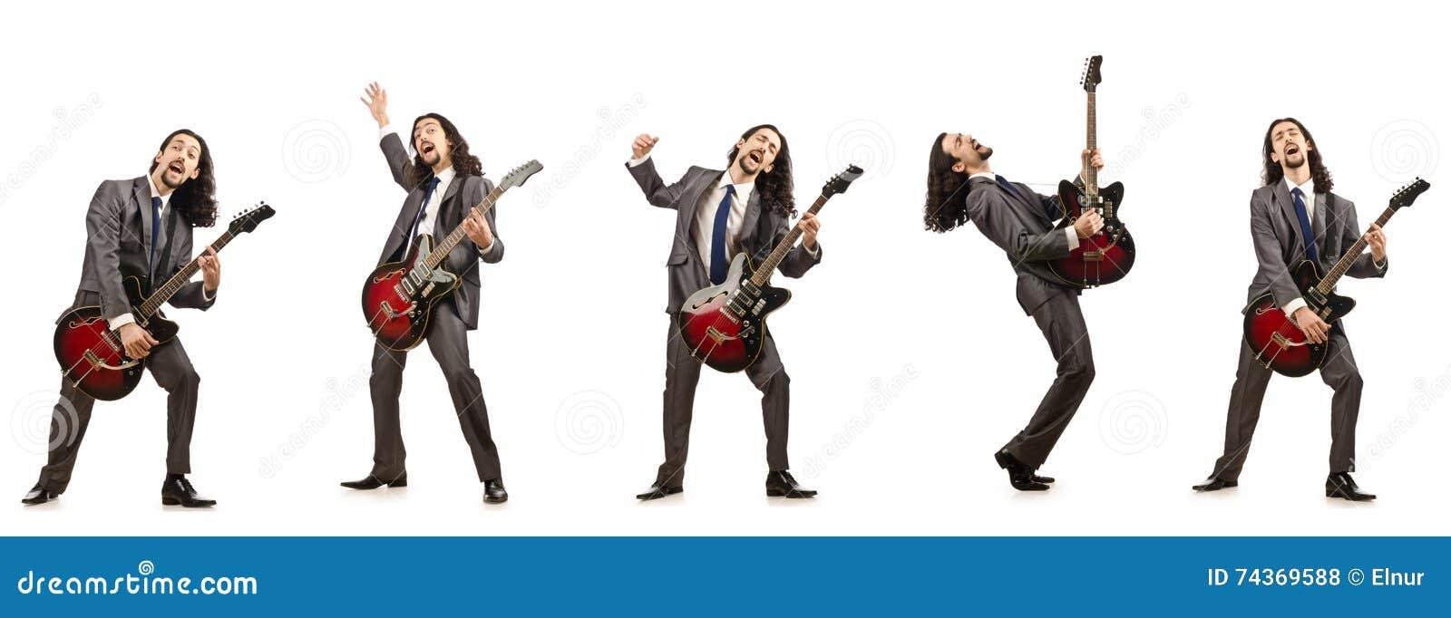 Ο αστείος κιθαρίστας που απομονώνεται στο λευκό