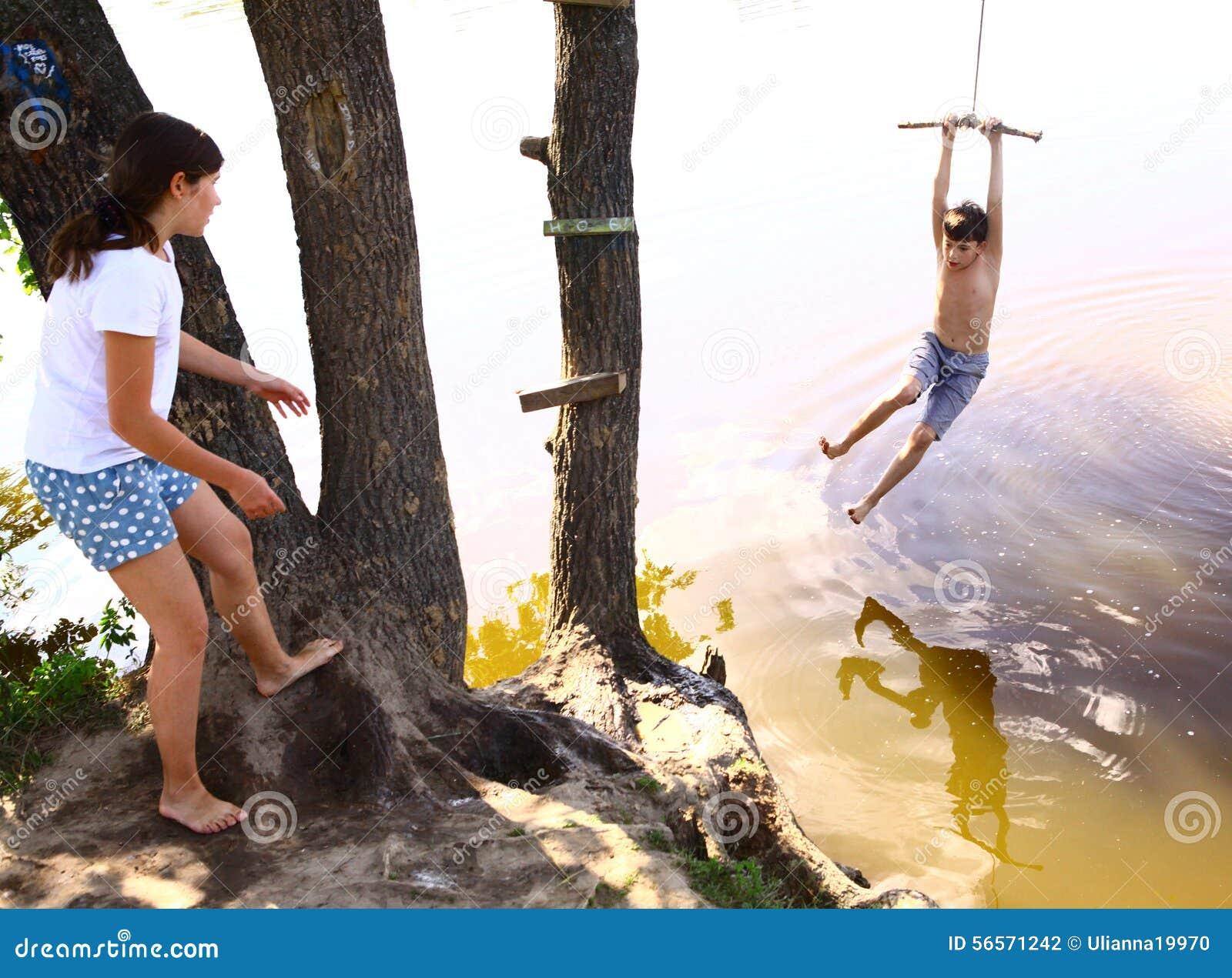 Download ο αδελφός και η αδελφή αμφιθαλών διασκεδάζονται με την ταλάντευση νερού στις διακοπές Στοκ Εικόνες - εικόνα από δροσίστε, παιδί: 56571242